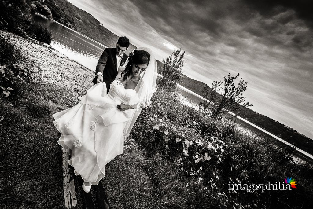 Bacio tra i novelli sposi sulla riva del Lago di Castel Gandolfo