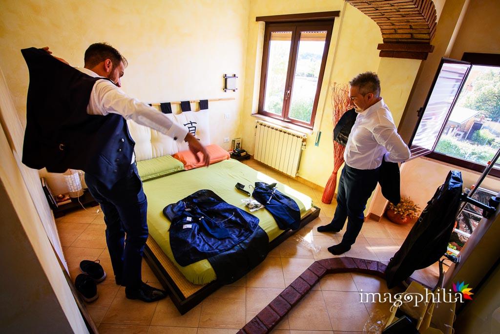 Gli sposi si preparano insieme nella loro casa