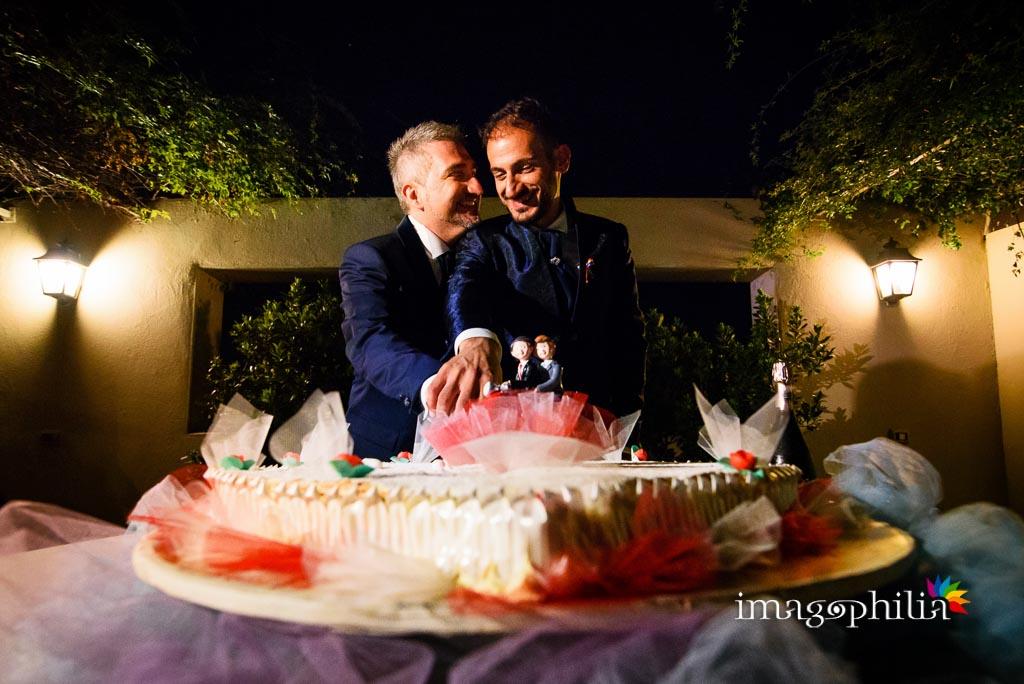 Taglio della torta nuziale al termine del ricevimento a Villa Gianni a Roma