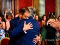 Abbraccio tra gli sposi nella Sala Rossa al Campidoglio, Roma