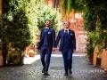Gli sposi passeggiano insieme per le vie di Trastevere a Roma