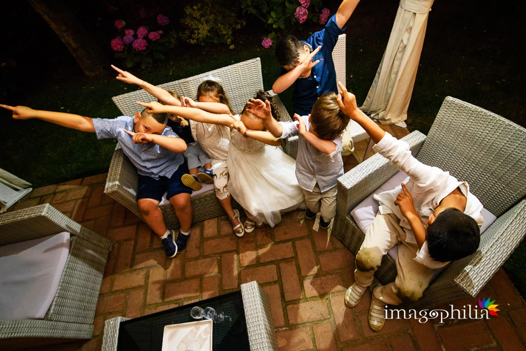 I bambini invitati al matrimonio si divertono con la dab dance durante il ricevimento al ristorante Al Fico a Grottaferrata
