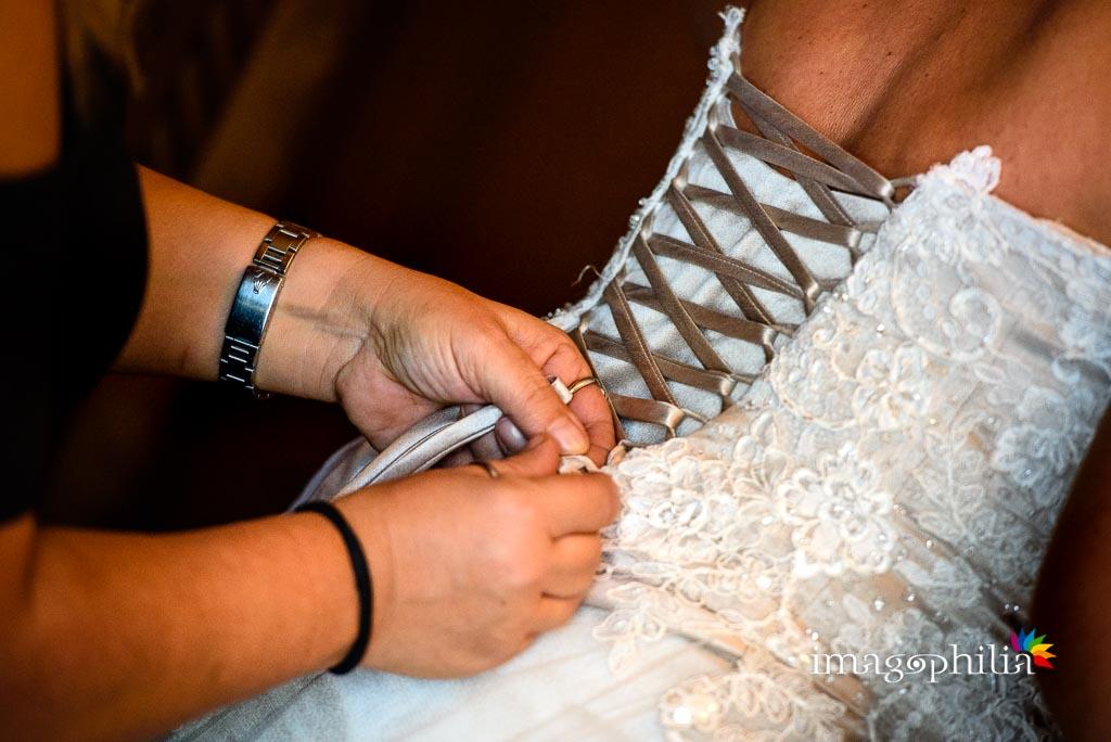 Allacciatura dell'abito della sposa / 1