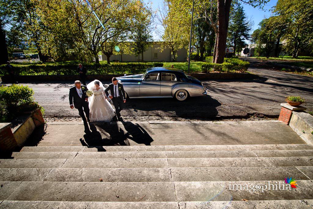 La sposa si accinge a entrare col padre nella Chiesa Aeroportuale di Guidonia Santa Maria di Loreto