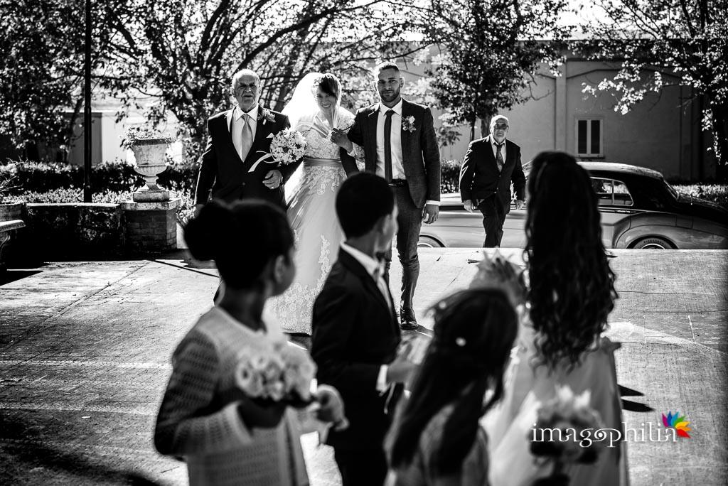I bambini davanti alla Chiesa Aeroportuale di Guidonia Santa Maria di Loreto hanno avvistato la sposa che sta per entrare