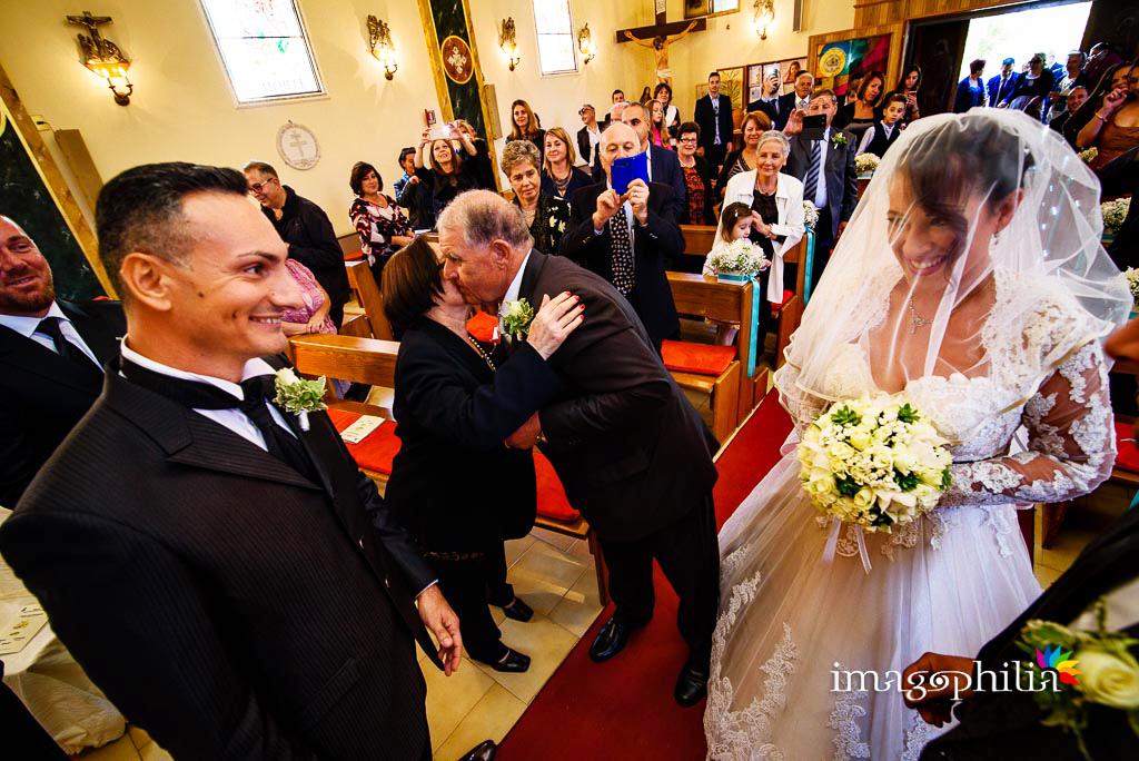 Gli sposi si guardano subito dopo l'ingresso nella Chiesa Aeroportuale di Guidonia Santa Maria di Loreto