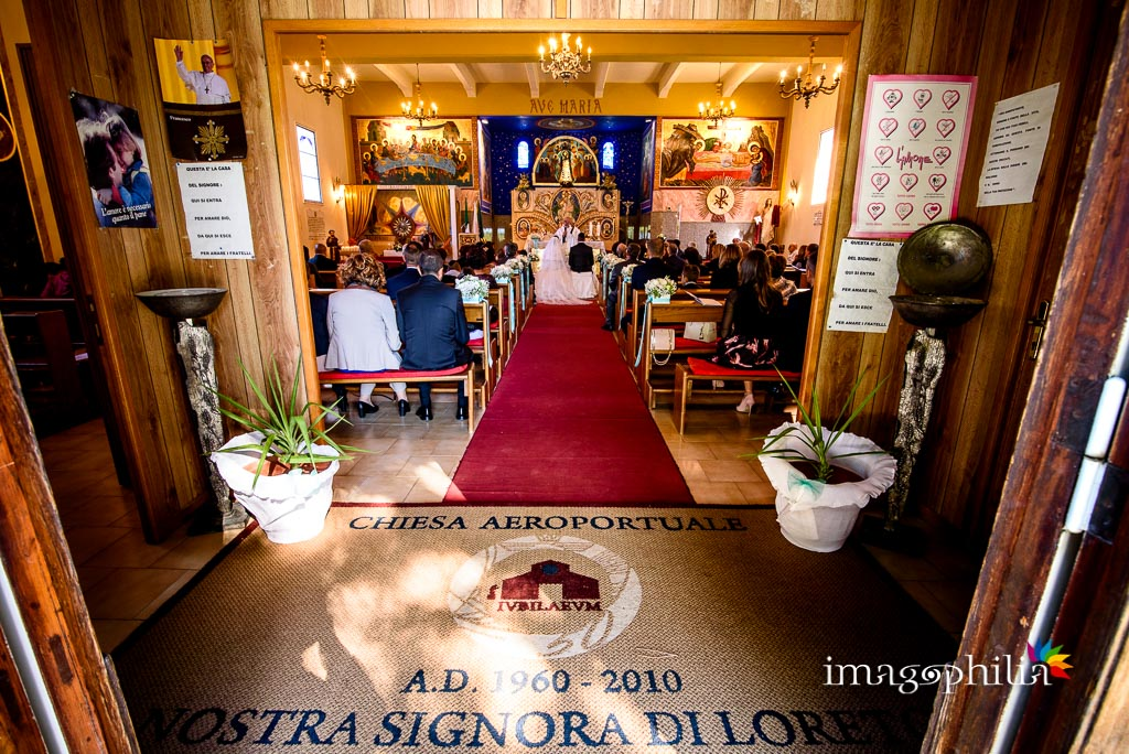 Veduta dal fondo durante il matrimonio nella Chiesa Aeroportuale di Guidonia Santa Maria di Loreto