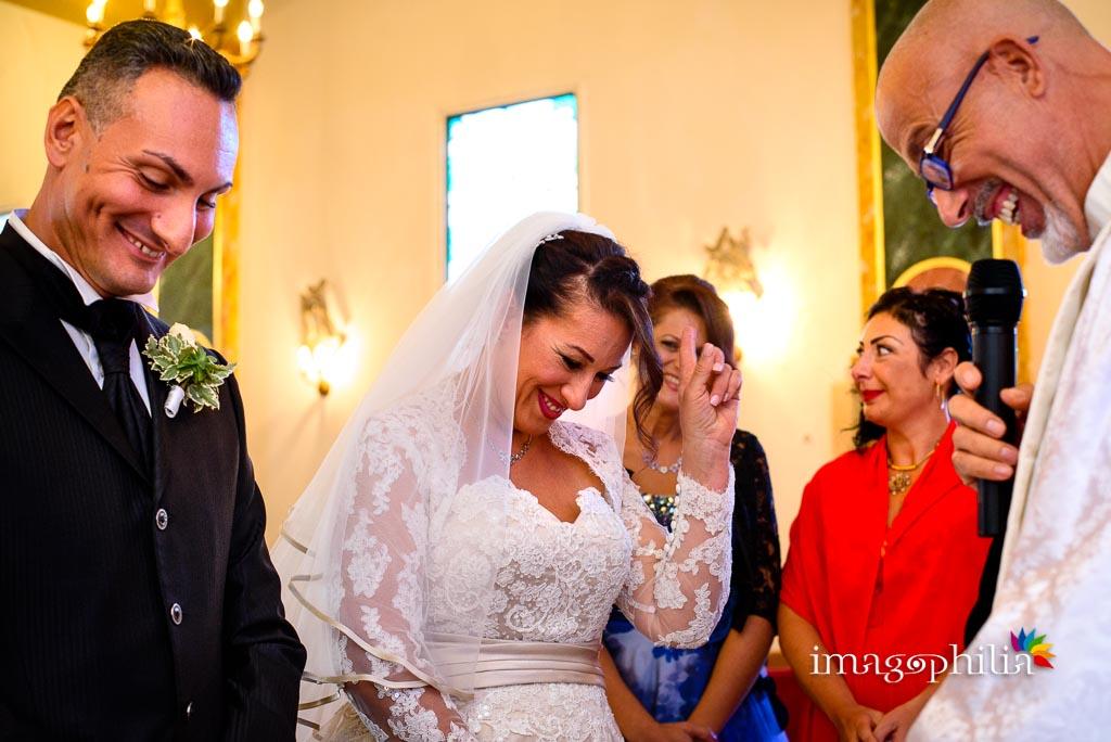 Ilarità della sposa durante il matrimonio nella Chiesa Aeroportuale di Guidonia Santa Maria di Loreto