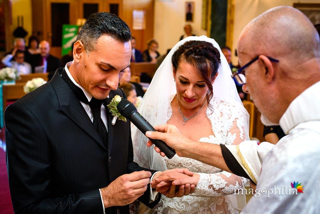 Scambio delle fedi nuziali durante il matrimonio nella Chiesa Aeroportuale di Guidonia Santa Maria di Loreto / 1