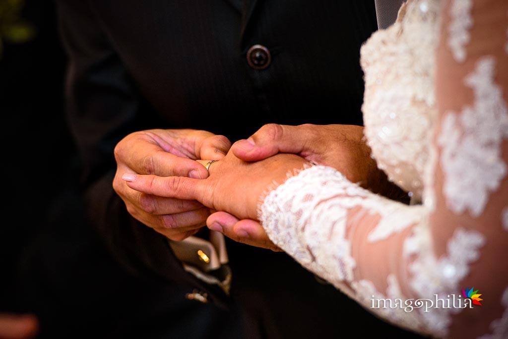 Scambio delle fedi nuziali durante il matrimonio nella Chiesa Aeroportuale di Guidonia Santa Maria di Loreto / 2