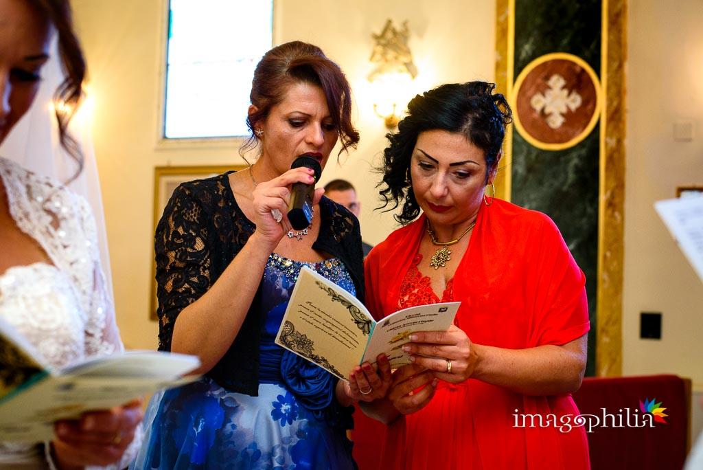 Ritratto alle testimoni della sposa durante il matrimonio nella Chiesa Aeroportuale di Guidonia Santa Maria di Loreto