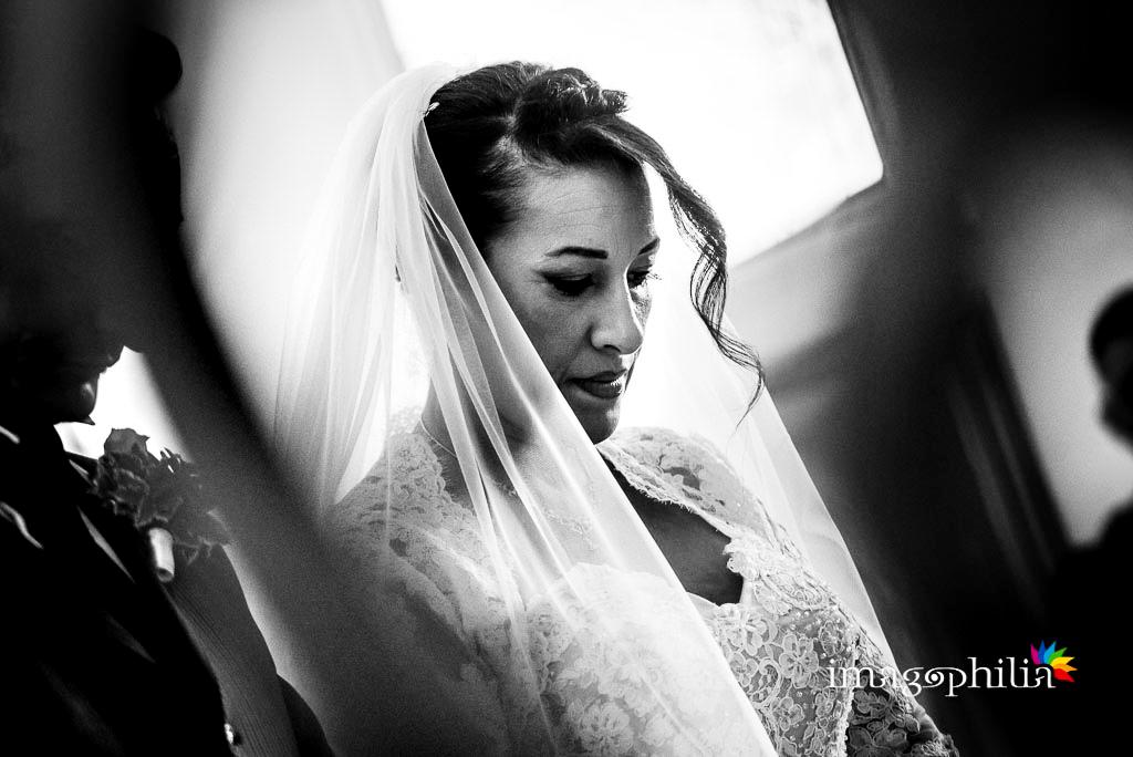 Ritratto della sposa durante il matrimonio nella Chiesa Aeroportuale di Guidonia Santa Maria di Loreto