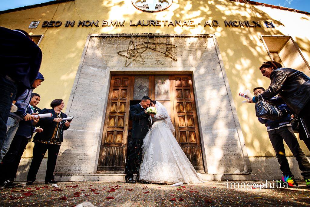 Lancio del riso al termine del matrimonio nella Chiesa Aeroportuale di Guidonia Santa Maria di Loreto