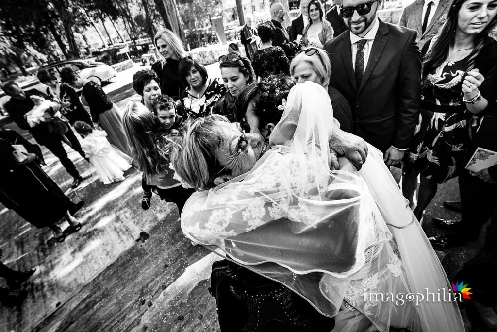 Abbracci al termine del matrimonio nella Chiesa Aeroportuale di Guidonia Santa Maria di Loreto