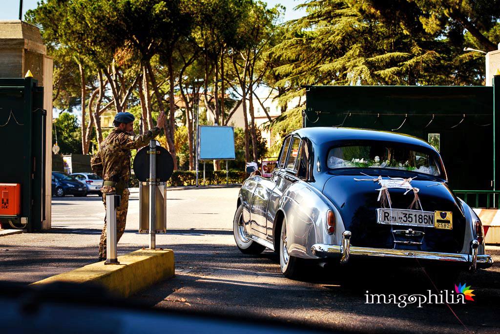 L'auto degli sposi lascia l'aeroporto al termine del matrimonio nella Chiesa Aeroportuale di Guidonia Santa Maria di Loreto