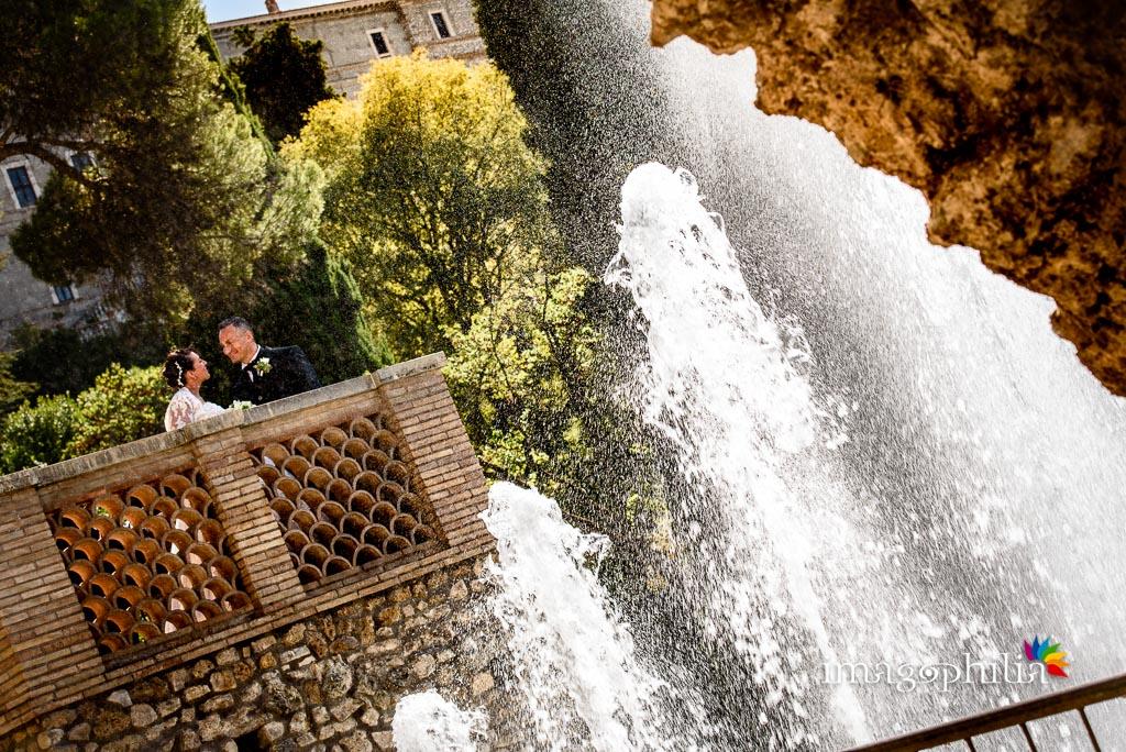 Gli sposi incastonati tra gli spruzzi delle fontane di Villa d'Este a Tivoli / 1