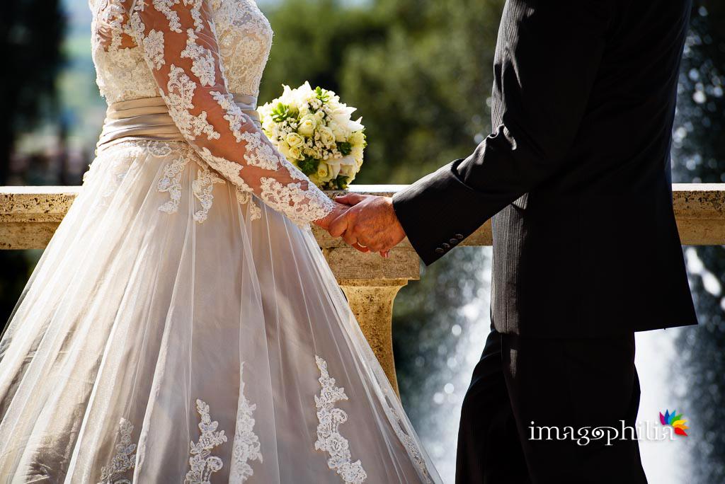 Dettaglio delle mani degli sposi a Villa d'Este a Tivoli