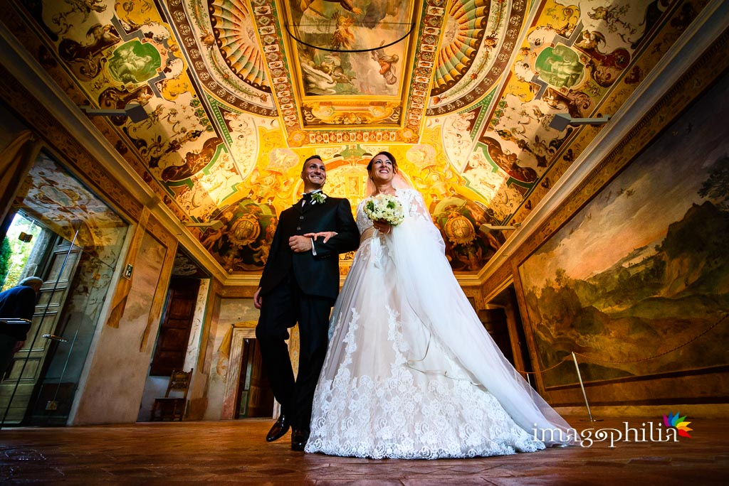 Gli sposi attraversano un salone di Villa d'Este a Tivoli