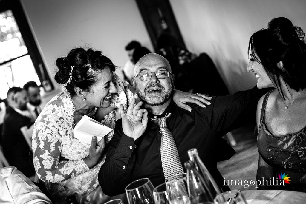 Risate tra i tavoli durante il ricevimento di matrimonio presso la Tenuta Colle degli Ulivi di Palombara Sabina / 2