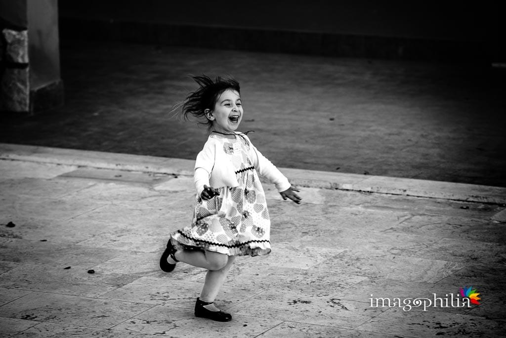 Una bambina corre divertita durante il ricevimento di matrimonio presso la Tenuta Colle degli Ulivi di Palombara Sabina