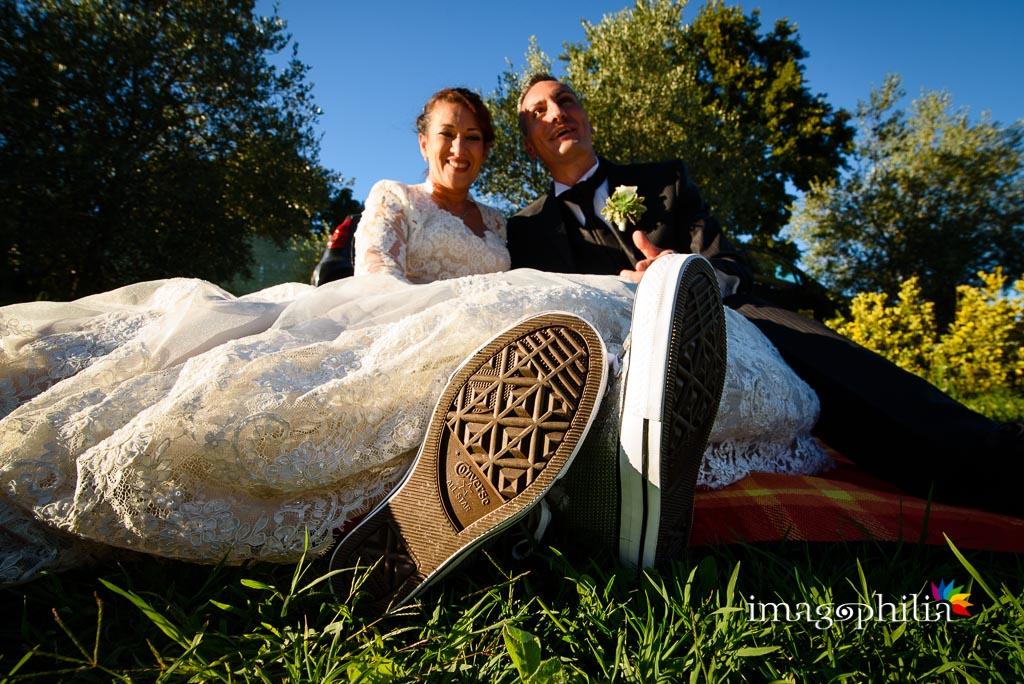 La sposa subito dopo il cambio tattico di calzatura durante il ricevimento di matrimonio presso la Tenuta Colle degli Ulivi di Palombara Sabina