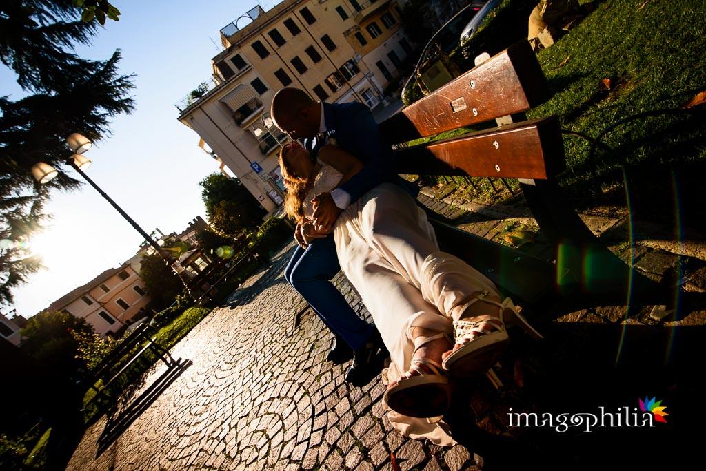 Gli sposi, dopo il matrimonio, accoccolati su una panchina a Lanuvio