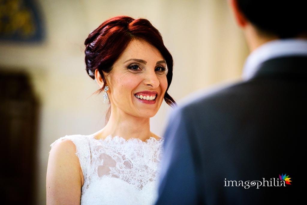 Ritratto della sposa mentre si guarda lo sposo durante il matrimonio nella Chiesa di Santa Maria Madre della Divina Grazia di Grottaferrata