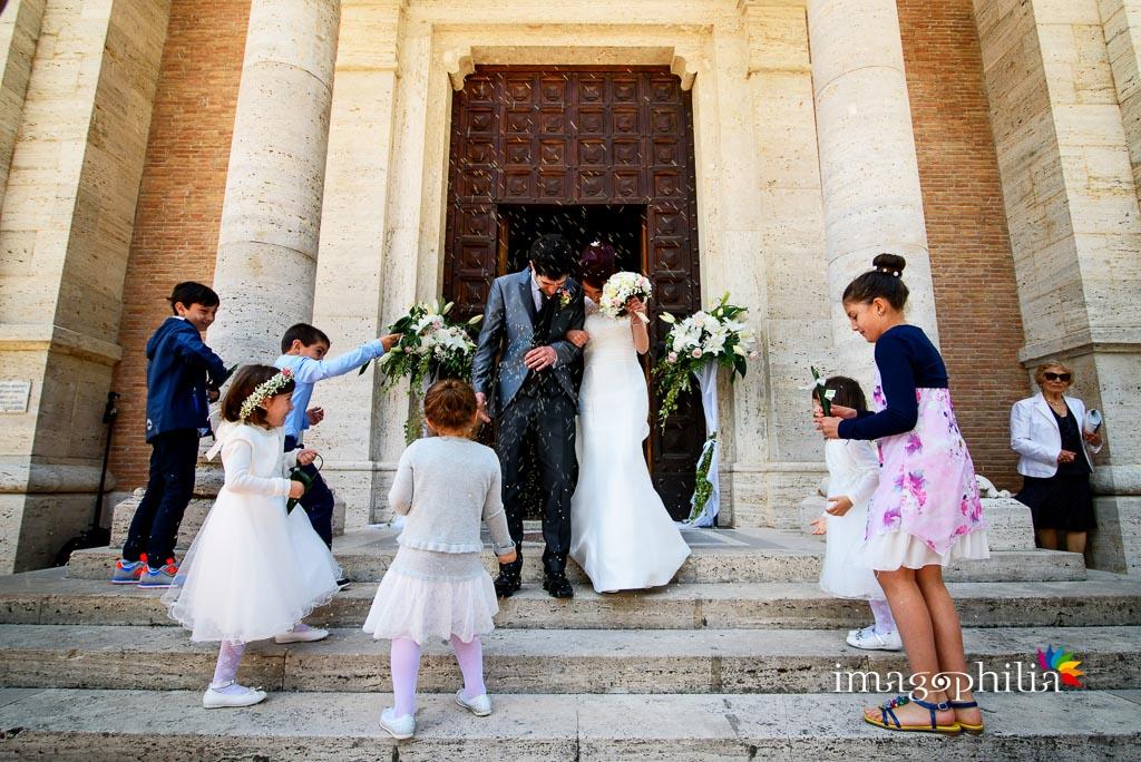 Lancio del riso al termine del matrimonio nella Chiesa di Santa Maria Madre della Divina Grazia di Grottaferrata