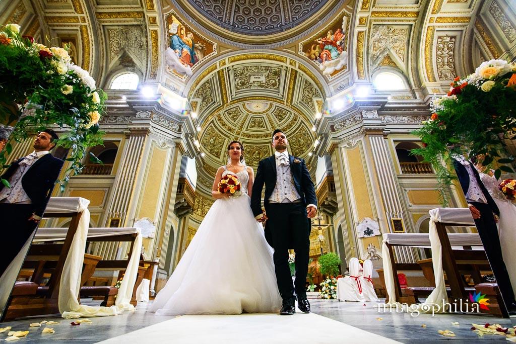 Gli sposi stanno per uscire subito dopo il matrimonio nella Chiesa della Santissima Trinità a Genzano di Roma