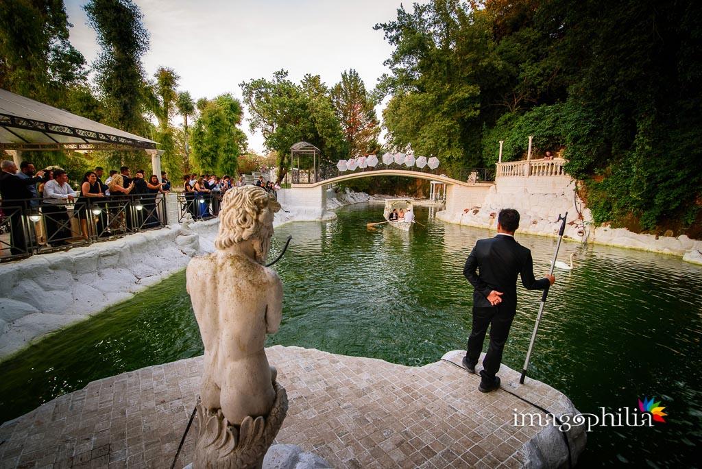 Arrivo degli sposi sulla barchetta nella Villa il Lago dei Cigni di Roma