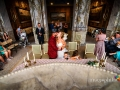 Bacio tra gli sposi durante il matrimonio civile a Palazzo Chigi, Ariccia