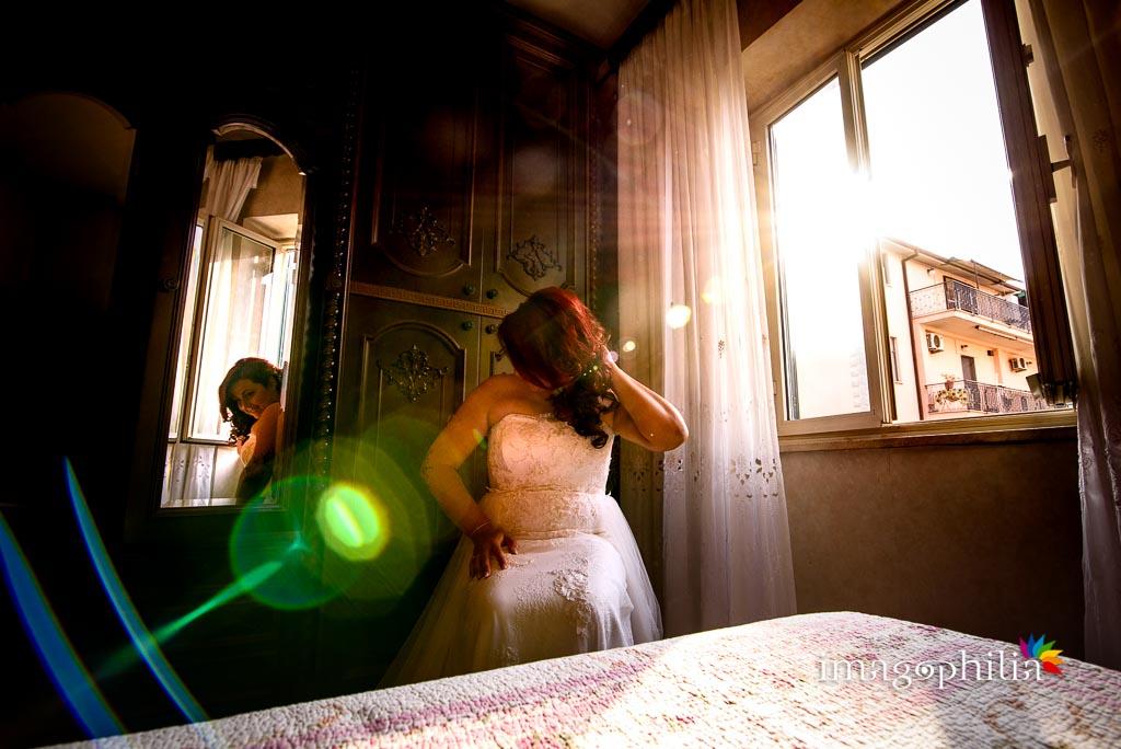 La sposa ritratta in camera prima della cerimonia