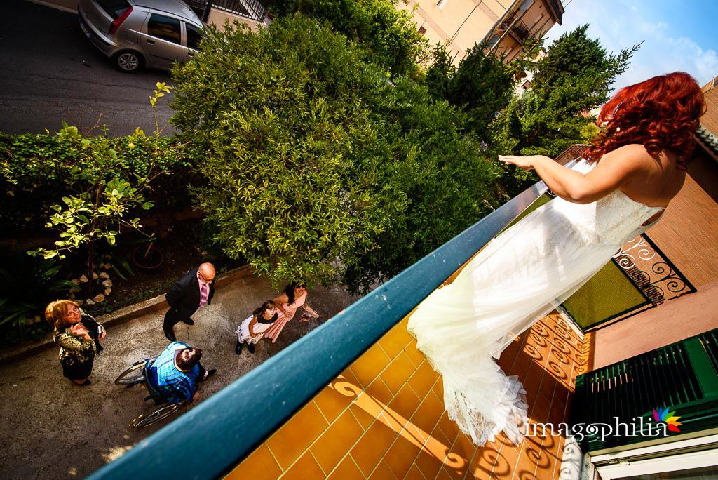 La sposa saluta tutti dai piani alti