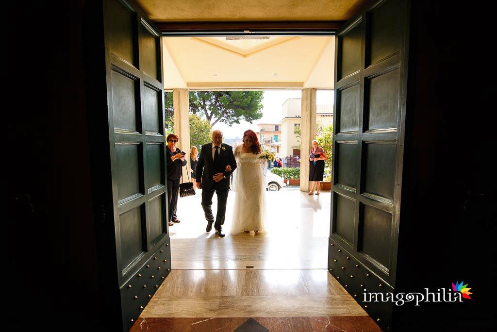 Ingresso della sposa nella Chiesa di Gesù Maestro a Fonte Nuova all'inizio del matrimonio / 1