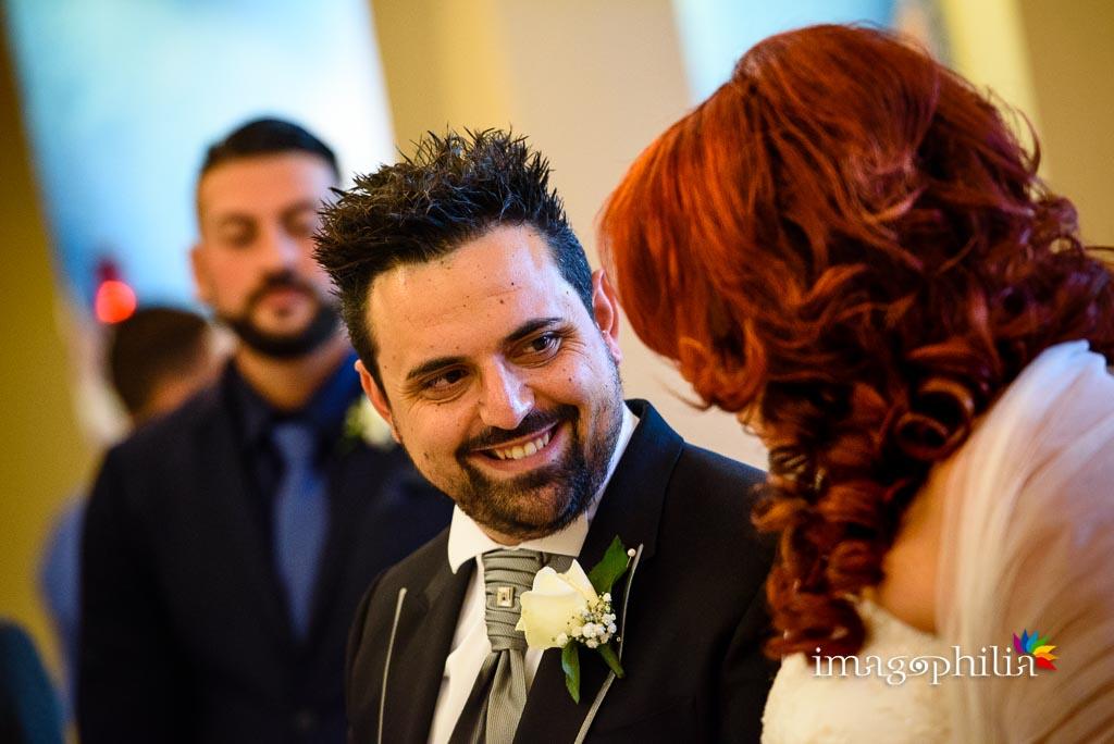 Sguardo dello sposo durante il matrimonio nella Chiesa di Gesù Maestro a Fonte Nuova