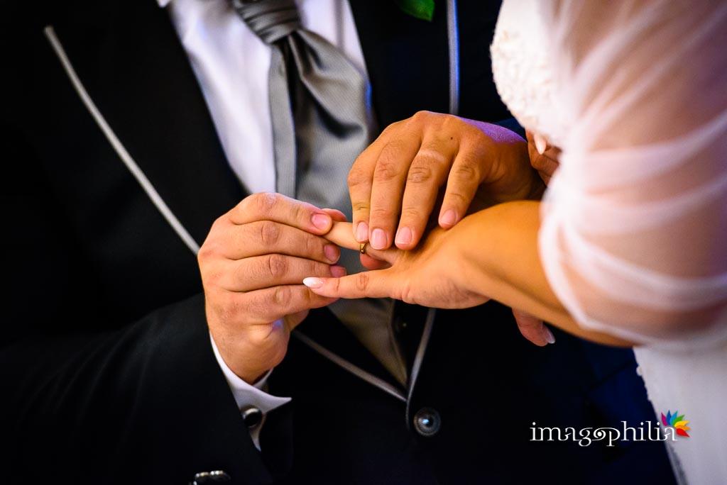 Scambio delle fedi nuziali durante il matrimonio nella Chiesa di Gesù Maestro a Fonte Nuova / 1