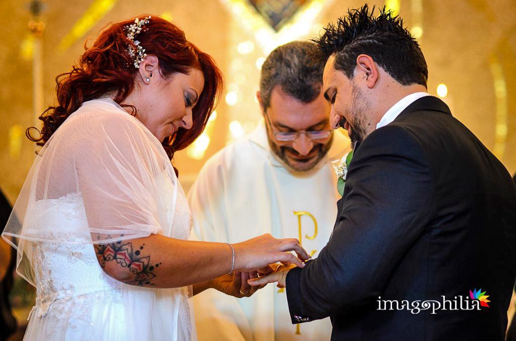 Scambio delle fedi nuziali durante il matrimonio nella Chiesa di Gesù Maestro a Fonte Nuova / 2