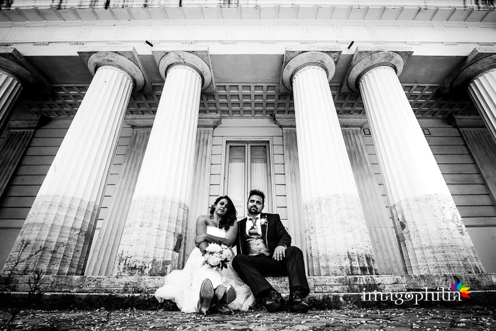 Gli sposi seduti durante la sessione fotografica in esterno a Villa Torlonia, Roma