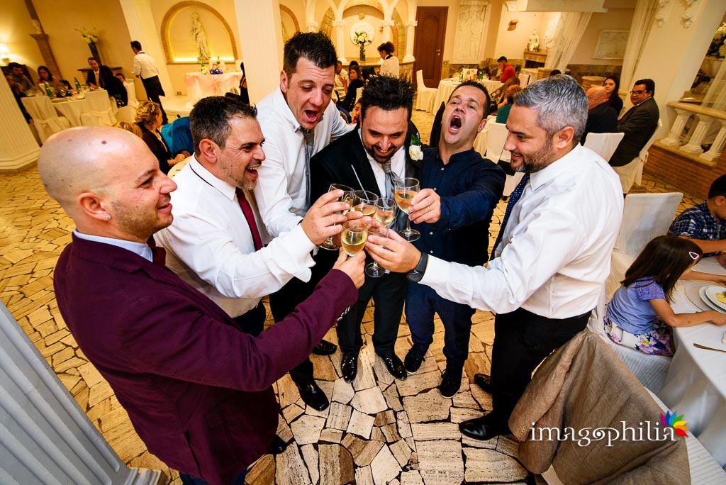 Brindisi goliardici tra gli amici dello sposo durante il ricevimento di matrimonio a Villa Sesterzi, Fonte Nuova