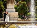 Abbraccio tra gli sposi durante la sessione fotografica in esterno a Villa Torlonia, Roma