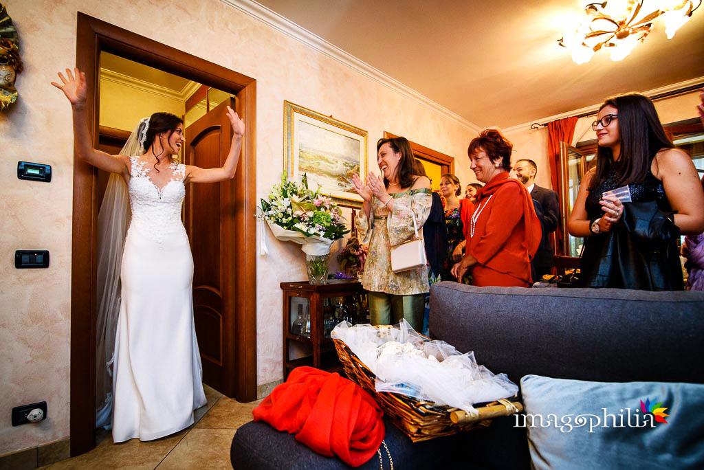 La sposa si presenta al folto pubblico a casa