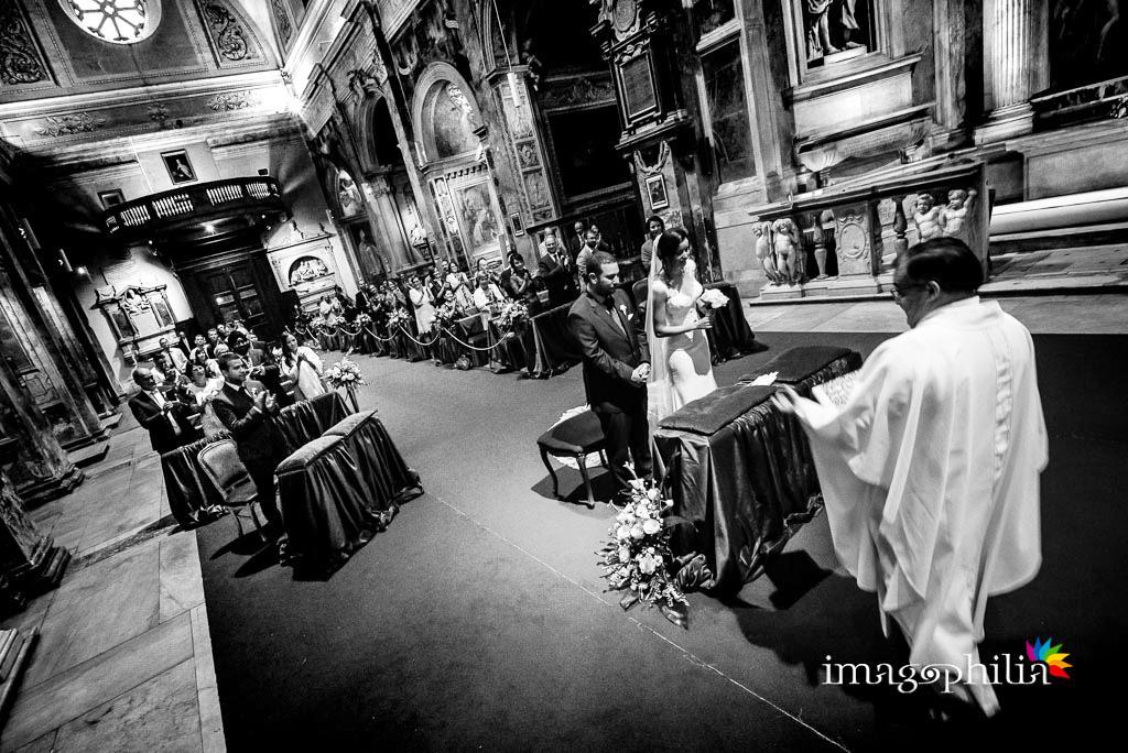 Applauso di tutta l'assemblea al termine del matrimonio nella Chiesa di San Pietro in Montorio a Roma