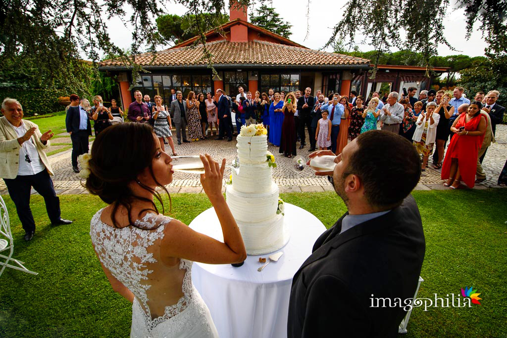Brindisi tra gli sposi dopo il taglio della torta ai Casali Margherita a Roma