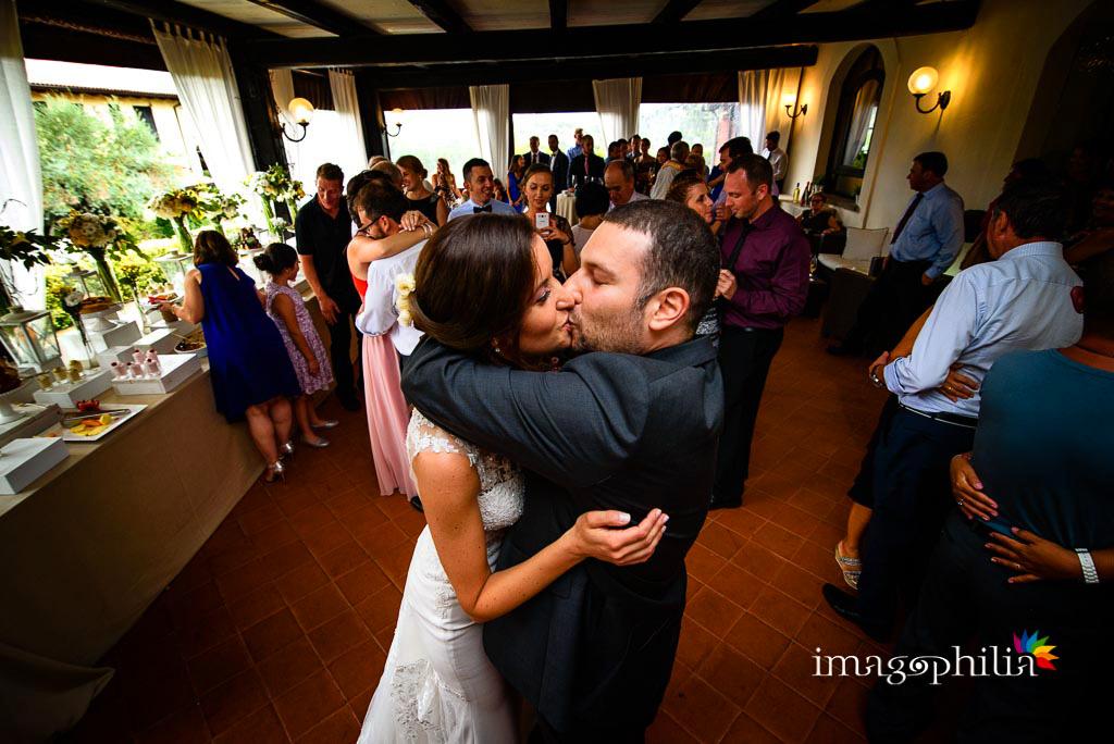 Bacio/ballo tra gli sposi durante il ricevimento di matrimonio ai Casali Margherita a Roma