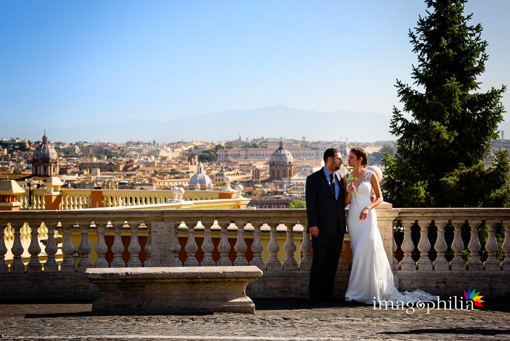 Post matrimonio: gli sposi ritratti in vetta al Gianicolo… con vista su Roma