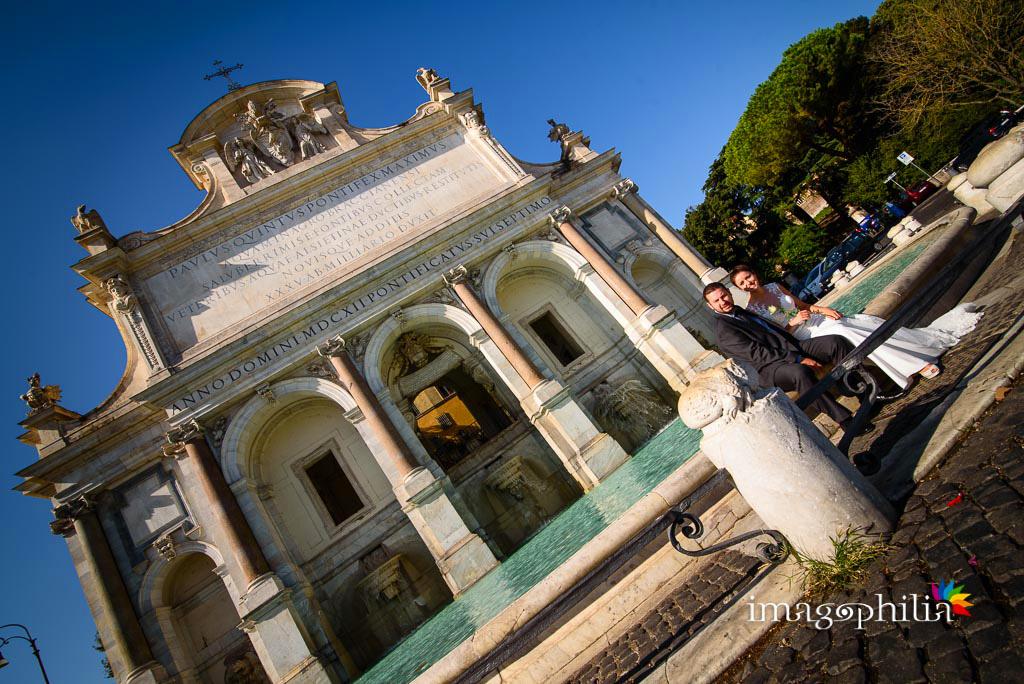 Post matrimonio: gli sposi seduti alla Fontana dell'Acqua Paola a Roma (Gianicolo) / 2