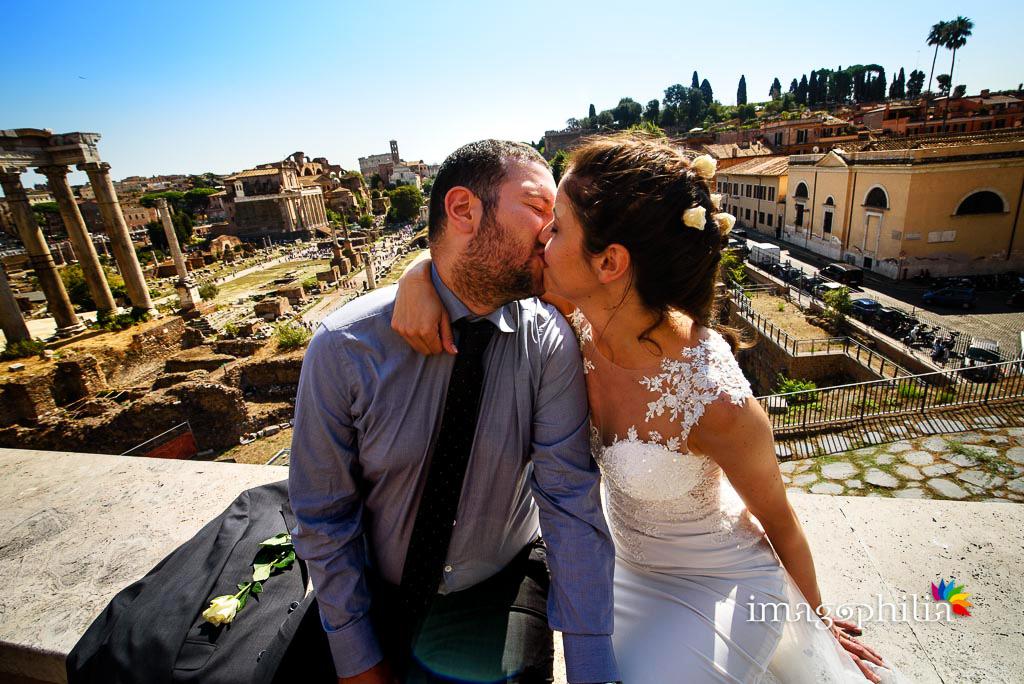 Post matrimonio: gli sposi si baciano affacciati sul Foro Romano