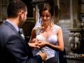 Scambio delle fedi nuziali durante il matrimonio nella Chiesa di San Pietro in Montorio a Roma