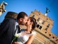 Post matrimonio: bacio tra gli sposi sotto Castel Sant'Angelo a Roma