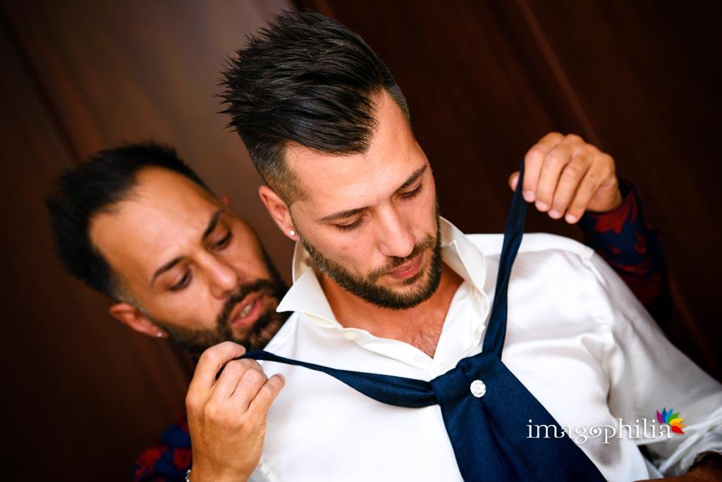 Assistenza del fratello dello sposo nella preparazione